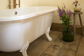 two-bare-feet-luxury-bolthole-winchester-2-1050x700